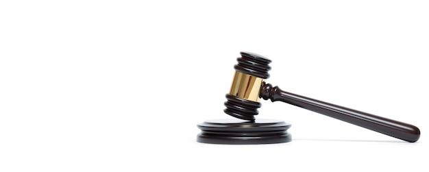 Un martelletto e una tavola armonica di legno del giudice isolati