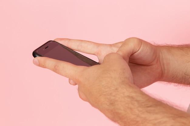Un maschio di vista frontale che utilizza il colore del corpo del dispositivo telefonico umano