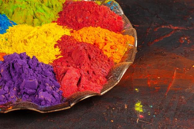 Un mazzo di colori disposti sulla fine di legno in su