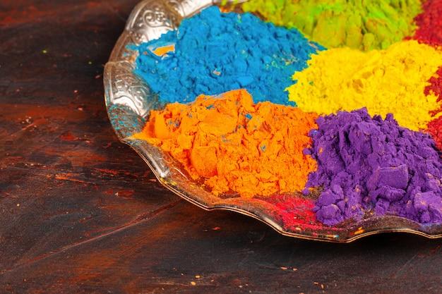 Un mazzo di colori disposti sulla fine di superficie di legno in su