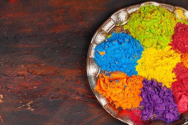 Un mazzo di colori su un vassoio
