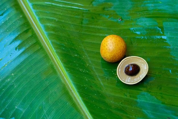 Un mazzo di rami di longan su una foglia di banana verde