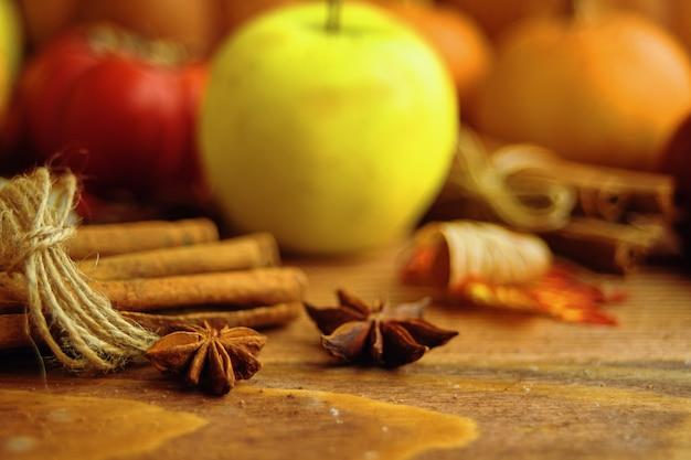 Un mazzo di zucche e mele.