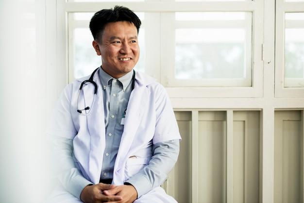 Un medico asiatico che lavora in un ospedale