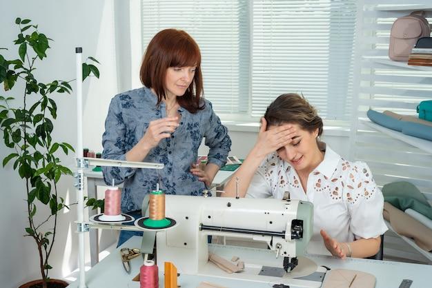 Un mentore insegna a uno studente a cucire