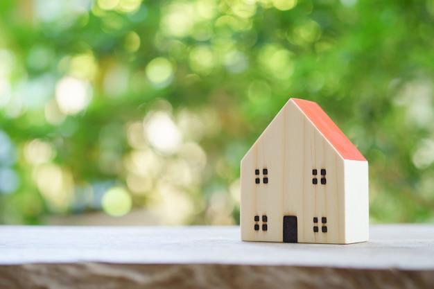 Un modello di casa di modello .usando come concetto di affari del fondo e concetto del bene immobile