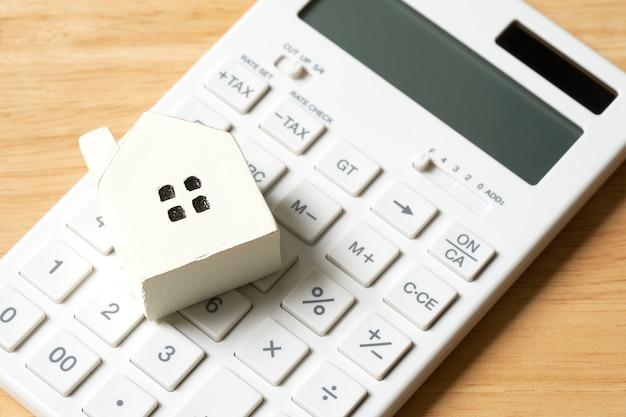 Un modello di casa modello viene posizionato su una calcolatrice.