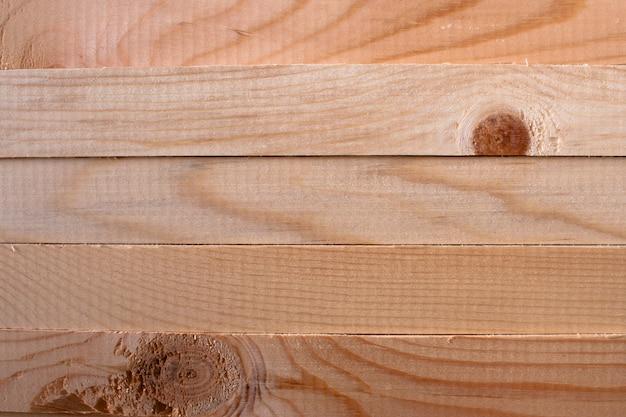 Un modello di cinque bastoncini di pino orizzontali