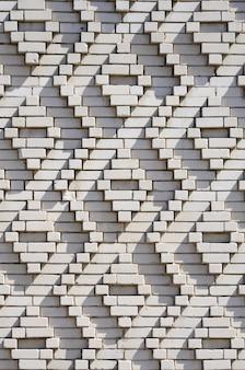 Un modello fatto di mattoni bianchi sotto forma di forme di diamante. decorazione delle pareti durante l'unione sovietica