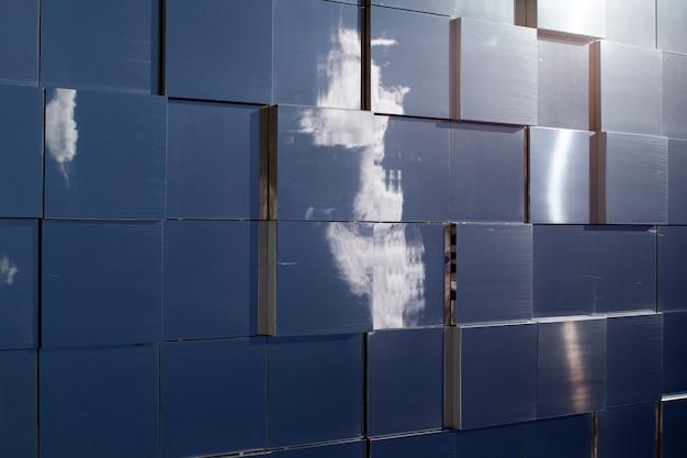 Un moderno edificio di vetro che riflette il cielo.