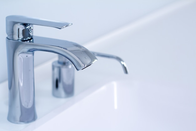 Un moderno lavandino con rubinetto dell'acqua con rubinetto in stile minimalista