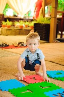 Un moderno parco giochi per bambini al coperto. il ragazzo si diverte.