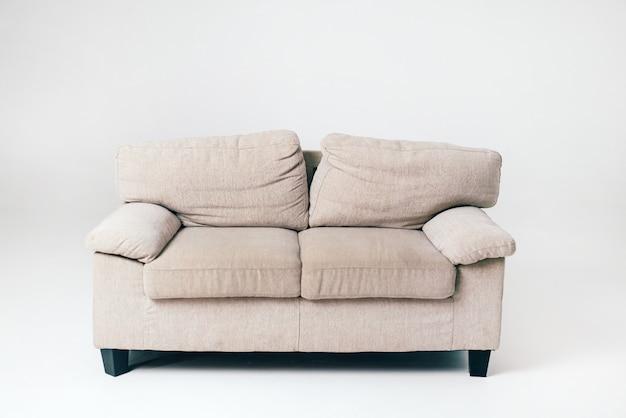 Un morbido divano grigio con cuscini si trova nel mezzo della stanza