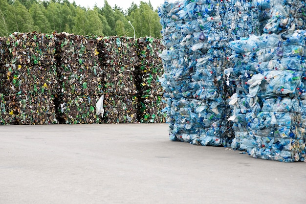 Un mucchio di bottiglie di plastica estruse in un impianto di raccolta rifiuti