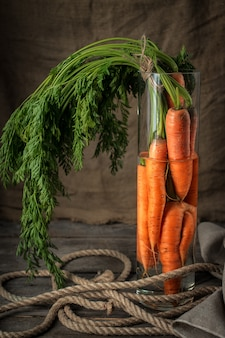 Un mucchio di carote fresche in vaso di vetro