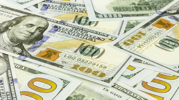 Un mucchio di cento dollari di banconote
