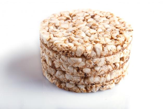 Un mucchio di cinque torte di riso isolate su bianco.