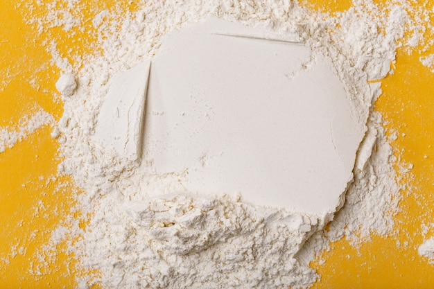Un mucchio di farina su uno sfondo giallo