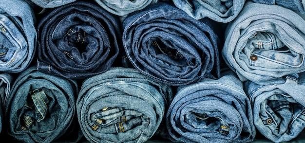 Un mucchio di jeans attorcigliati, primi piani, vestiti alla moda
