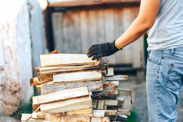 Un mucchio di legna accatastata, preparato per il riscaldamento della casa
