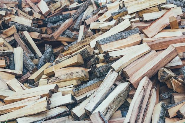 Un mucchio di legna da ardere tagliata a faggio, carpino e cenere per la stufa e il camino