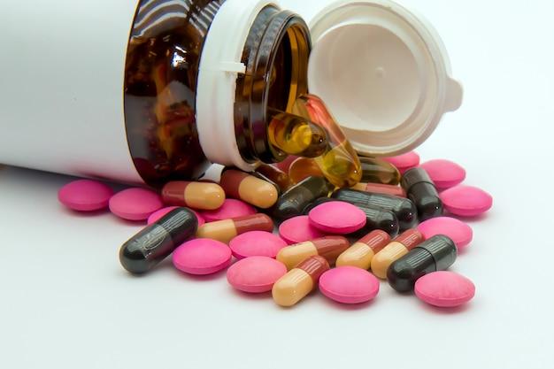 Un mucchio di medicina pillola e capsula vitaminica.