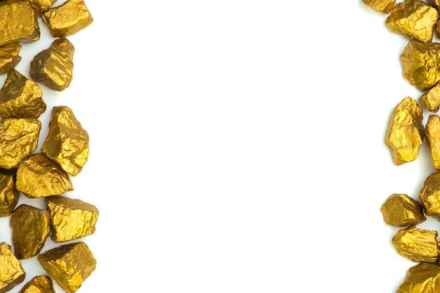 Un mucchio di pepite d'oro o minerale d'oro su bianco