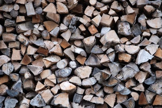 Un mucchio di pila di legna da ardere di pezzo di legno essiccato