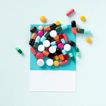 Un mucchio di pillole e compresse medicinali