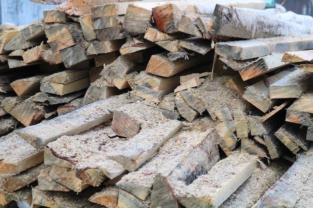 Un mucchio di tronchi di legno