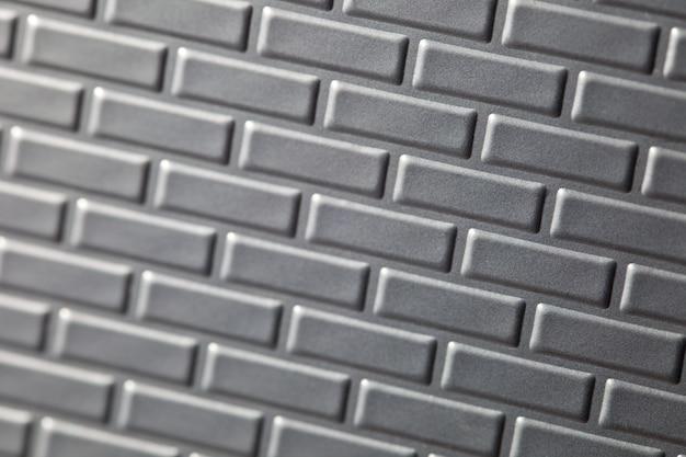 Un muro formato da mattoni di metallo