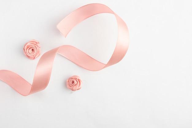Un nastro rosa su uno sfondo bianco.