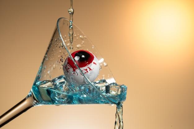 Un occhio in vetro di martini con ghiaccio e splash.