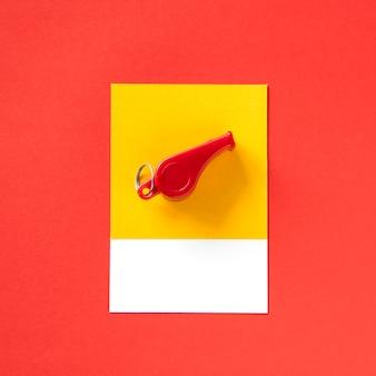 Un oggetto colorato giocattolo fischietto