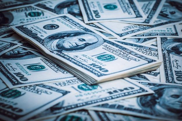 Un pacchetto di dollari americani sullo sfondo di centinaia di dollari.