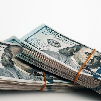 Un pacco di cento banconote in dollari su un bianco. isolato