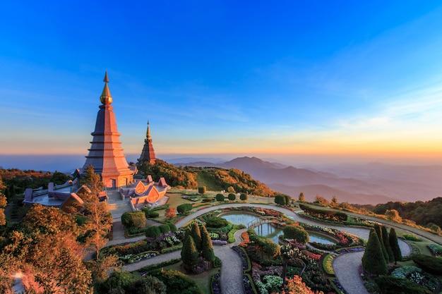 Un paesaggio di due grandi pagoda sulla cima della montagna di doi inthanon, chiang mai tailandia