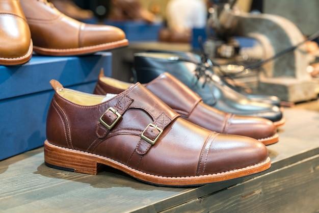 Un paio di scarpe in pelle marrone con vintage
