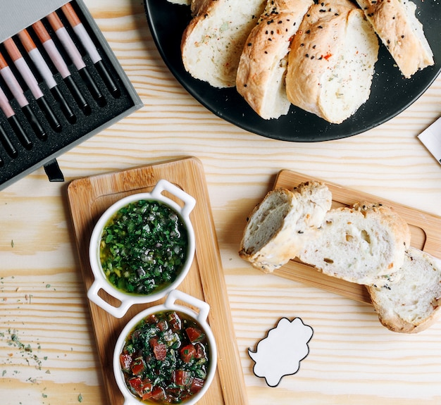 Un paio di zuppe e cestini con pane a fette