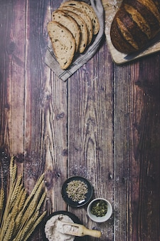 Un pane a lievitazione naturale e gli ingredienti utilizzati per prepararlo in un tavolo