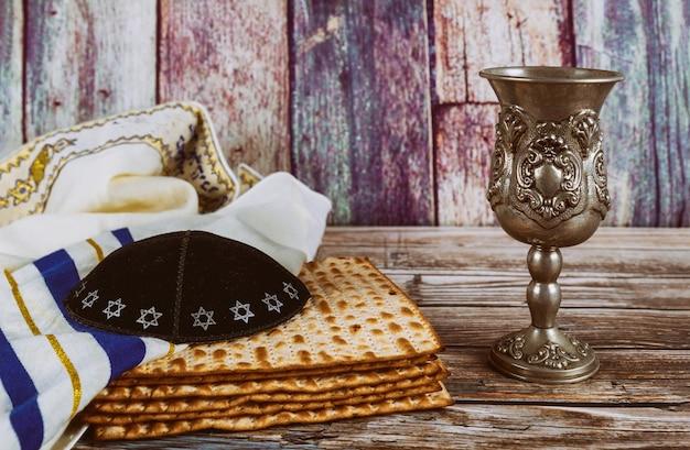 Un pane e un vino matzah ebraici con il concetto di festa della pasqua ebraica di kipah e tallit