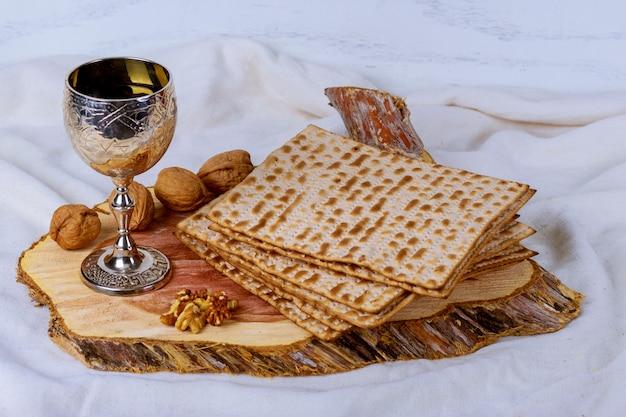 Un pane ebreo di matzah con vino. concetto di vacanza di pasqua