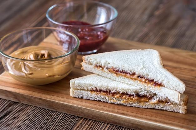 Un panino al burro d'arachidi e gelatina