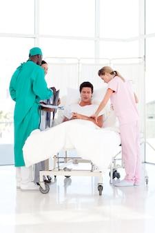 Un paziente che incontra la sua squadra medica