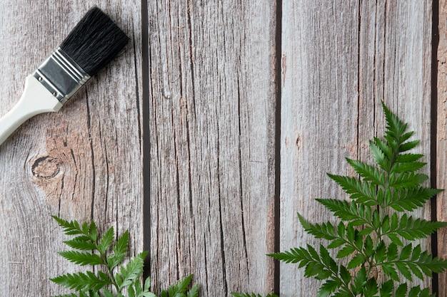 Un pennello su fondo di legno