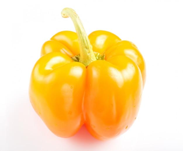 Un peperone dolce giallo isolato su fondo bianco.