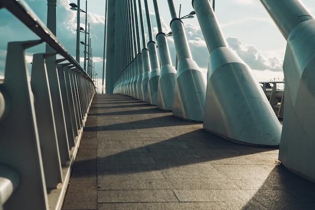Un percorso a piedi vuoto su un moderno acciaio.
