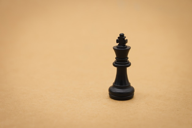 Un pezzo degli scacchi sul retro negoziare negli affari.