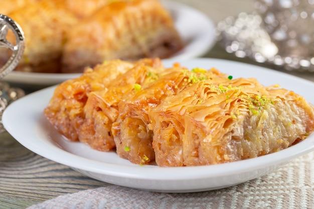 Un pezzo di baklawa su un piatto su un tavolo, vista dall'alto, baklava, dessert tradizionale del ramadan dell'ossequio di festività