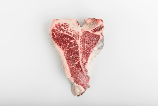 Un pezzo di carne di fattoria fresca t-bon su uno sfondo bianco